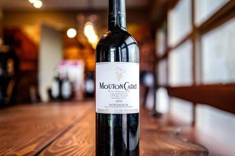 Mouton Cadet Bordeaux 2011. Solid Bordeaux vin fra Baron Philippe De Rothschild til en meget nedsat pris. Køb 1 kasse og få en gratis træ-vinreol med som har plads til 9 flasker! OBS: Kan ikke leveres til pakkeshop! Så har vi fået et lidt sjov vin hjem. I