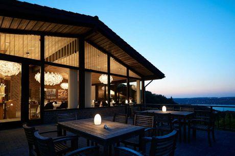 Prøv lykken på Casino Munkebjerg og nyd de smukke omgivelser ved Vejle Fjord.. 3 dage inkl. - 2 overnatninger m. morgenmad - 1 x 3-retters menu/buffet (dag 1) - 1 x 2-retters menu (dag 2) - 1 glas vin i lobby baren (15-17) - Adgang til casino inkl. 1 jeto