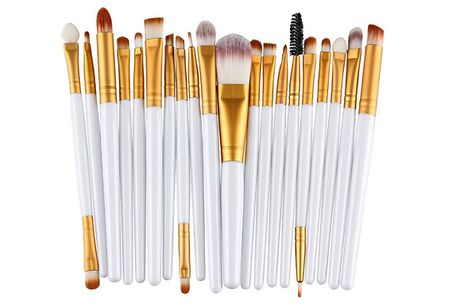 10-Shade Glitter Eye Palette With 20-Piece Brush Set     Presented in a stylish gold case and comes with a doubled-ended crease shadow brush     Easy to blend and great for beginners     Simply pop it in your bag to touch up on the go in the mirror inc