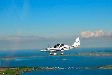 Pilot for en dag.  Roskilde eller Randers: Flight4000 Bliv pilot for en dag, oplev hvad moderne flyvning går ud på og få en ople-velse for livet med FLIGHT4000. En af de erfarne instruktører står klar til at guide dig sikkert gennem flyvningen, mens du se