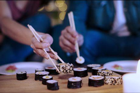 Levering muligt - Sushi takeaway til lav pris.. - Så kan I godt finde spisepindende frem - Glæd jer til denne lækre sushimenu med 72 stk. til en værdi af kr. 802,-