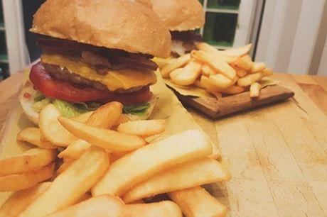 Menu d'asporto con hamburger o panino vegano o vegetariano con patatine e bibita o birra da Barbarossa Beer Food