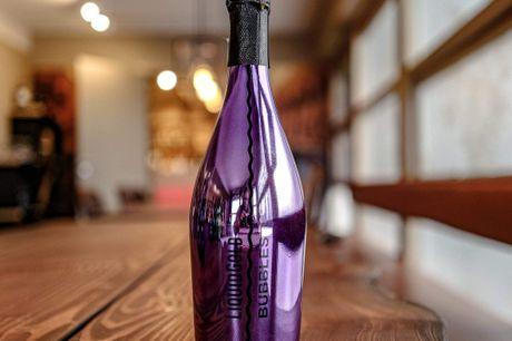 Liquid Gold Bubbles Purple. Frugtig og lækker Prosecco i farvefyldte flasker! Liquid Gold skaber ægte italienske produkter, og deres skræddersyede Prosecco er ingen undtagelse.Lavet i de nordøstlige regioner i Italien, Liquid Gold Prosecco er en mou