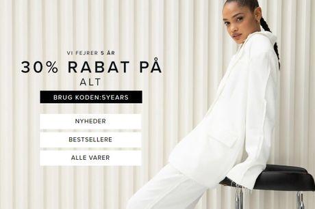 Sidste dag med 30 % på ALT hos NA-KD. Spar på mærker som fx Calvin Klein, FILA, LEVI'S, Mango og Sisters Point. Gratis levering.