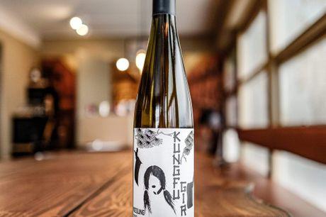 Charles Smith Kung Fu Girl Riesling 2019. Har vundet årets vineri i 2018 og årets winemaker i 2009 (Nomineret i 2010 og 2014!) 90 Points hosRobert Parker - altså, det er bare en kæmpe Riesling! En fantastisk mosel-inspireret amerikansk og super saftig r