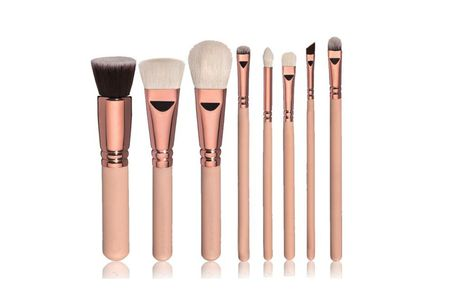 Professionelt børstesæt bestående af 8 dele. Verdens blødeste makeup pensler. Toray fibre i høj kvalitet er garant for fantastisk farveoptag og applikation. Særlig allergivenlige og silkebløde fibre med afrundede spidser, elastiske og slidstærke .  Sættet