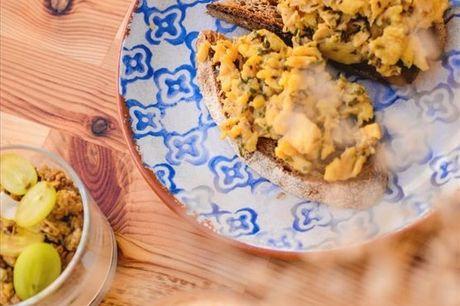 Neste espaço em plena cidade de Lisboa encontra a junção perfeita de um ambiente acolhedor e cool com comida saudável e deliciosa. No The Food for Real, brunch tradicional para 2 pessoas por apenas 21,90€