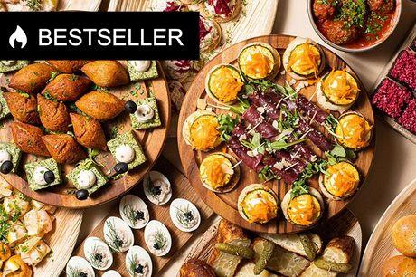 Velanmeldt bestseller: 14-retters tapas catering Nu kan du gøre det nemt for dig selv og bestille 14 lækre og mundrette tapasanretninger bestående af antipasti, fisk og skaldyr og dessert. Maden er lige til at spise. Du skal blot sørge for dine gæster, så