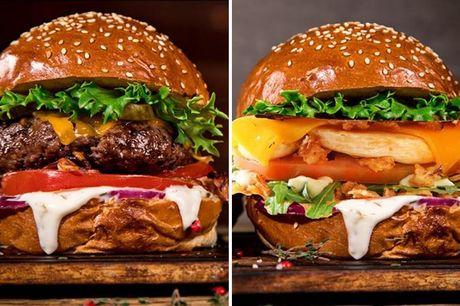 Nyhed: Valgfri burgermenu .  Frederiksberg: Mr Burgeren serveres med en snackbox bestående af pommes frites, 2 stk. chili cheese tops, 2 stk løgringe, mozzarella stave samt husets dip og valgfri sodavand. Det er noget, der vil noget, og du bliver helt sik