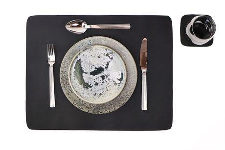 Dækkeserviet + coaster i skind sort. Giv dit bord et smukt og rustikt look der imponerer. Skind er et slidstærkt materiale som kun får smukkere patina med tiden. 100% håndlavede dækkeservietter i bøffelskind, fås i flere farver. Til prisen 75kr følger 1 d