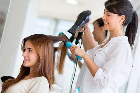 Cuide do seu cabelo e dê-lhe um boom de hidratação! No Mayas Cabeleireiros & Oficinas de Beleza, para 1 pessoa, Brushing e Hidratação por apenas 9€