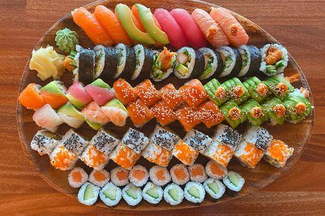 Party menu med 74 stykker sushi: 8 nigiri, 24 special toppet maki, 16 inside out maki, 10 futomaki og 16 hosomaki