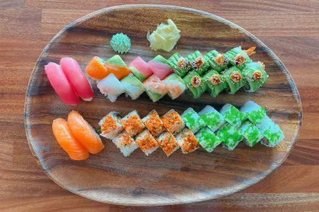 Sushi Love Menu med 36 stykker: 4 nigiri, 8 rainbow maki toppet med  laks, tun, reje, kingfish og avocado, 8 Ebi dragon roll, 8 inside-out maki alaska roll og 8 inside-out maki kylling tempura roll