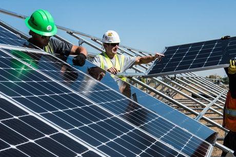 Quer aprender a arte da montagem de Painéis Solares? Perceber como funcionam na captação do sol? Ofereça a si mesmo, a um amigo ou a um familiar um dia com uma equipa especializada na montagem de Centrais Fotovoltaicas. Acompanhe todos os passos, e partic