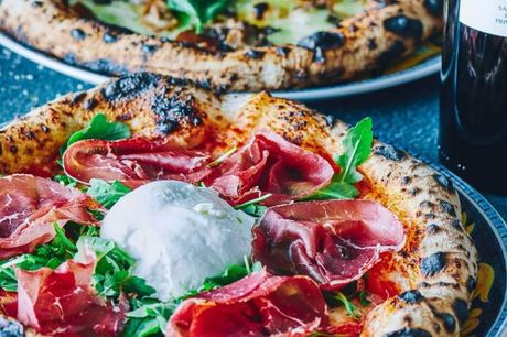Kun i dag! Little Brother: Stemningsfuld, napolitansk restaurantoplevelse med friskbagte stenovnspizzaer af italiensk familie.