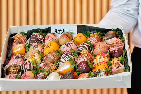 Chokoladeovertrukne jordbær  Jordbærrene er friske, nøje udvalgte og dyppes i den fineste, belgiske chokolade. Det bli'r ikke bedre! Vælg mellem 9. 12, 24 og 32 stykker. 9 stykker koster 149,-