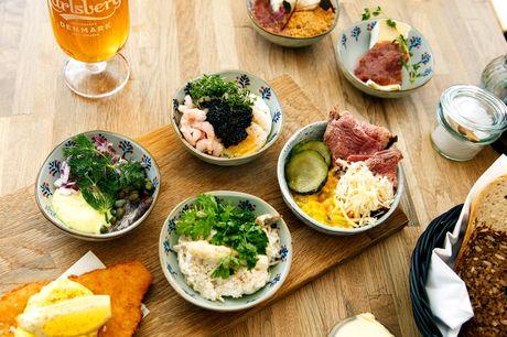Glæd dig til at nyde en frokostplatte med kalvefilet, hønsesalat, ost m.m. i fantastiske omgivelser med udsigt til Frederiksborg Slot eller slotssøen på Café København i Hillerød.