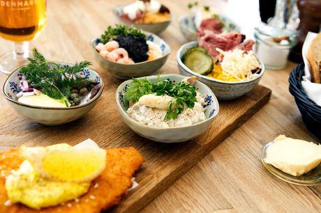 Frokostplatte ved slottet. Glæd dig til en forrygende frokostplatte med hønsesalat, kalvefilet, ost m.m. på Café København, der har udsigt til Frederiksborg Slot eller slotssøen