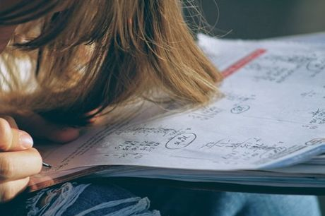 Licenciada e mestre em Engenharia e a dar explicações há 30 anos, a professora Ana Assis é a ajuda que o seu filho precisa para se preparar da melhor forma para o exame nacional de Matemática A. Aproveite agora 2 aulas de preparação por apenas 35€