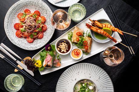 Glæd dig til en uovertruffen madoplevelse hos The Vietnamese i Store Kongensgade. Den anmelderroste restaurant serverer autentisk, vietnamesisk mad på højt gastronomisk og æstetisk niveau, og du kan se frem til hele 8 smagfulde serveringer.