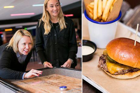 Shuffleboard inkl. frokost/aftensmad. Vælg mellem lækre sprøde snacks eller en klassisk burger