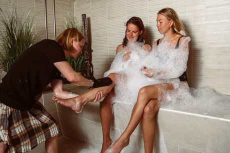 Nyd to skønne wellness Ritualer med først en Hamam og herefter det boblende Vandtempel, sauna og aromadampbad i det smukke og stemningsfulde Ni'mat Spa på Hotel Kong Arthur.