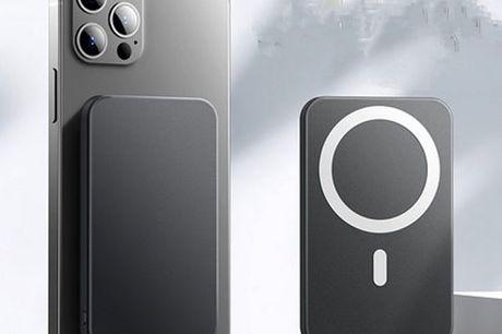Magnetisk Trådløs Powerbank 10000mAh - Sort. Denne powerbank kan bruges af alle iPhone 12-modellerne der har MagSafe og er med til at oplade din telefon trådløst   Powerbanken klikker du bagpå iPhonen og så hænger den fast på bagsiden af din iPhone 12