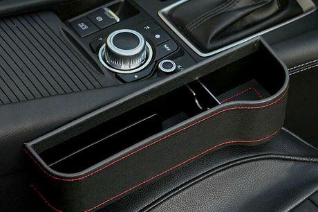 Opbevaringsboks til bilen - få styr på mobil, dåser mv. på en flot måde. Denne lækre opbevaringsbox er med til at holde styr på alle løse enheder i bilen. Derfor øger den også din sikkerhed, når du kører   Nem installation på få øjeblikke. Klem den helt