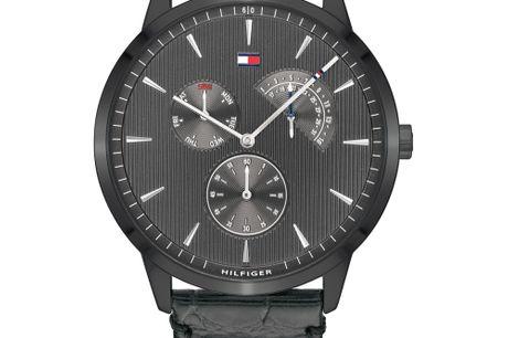 Tommy Hilfiger 1710388. Tommy Hilfiger designer og producerer ure i meget høj kvalitet. Urerne er designet af det ikoniske modehus Tommy Hilfiger, som blev stiftet af Thomas Hilfiger i New York. I dag er Tommy Hilfiger et af verdens største modehuse. De e