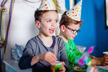 Kinderfeestje bij Ballorig Inclusief cadeautje voor de jarige<br /> Gereserveerde tafel met versiering<br /> 2 flesjes limonade & zakje chips per kind