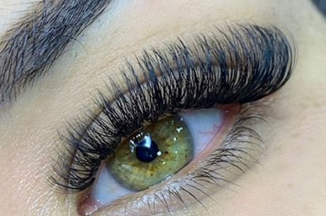 Extensiones de pestañas pelo a pelo sin límite con depilación de cejas en opción en KR Bioclin