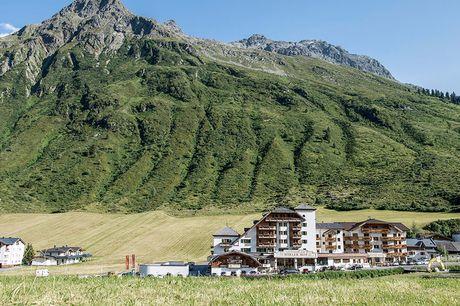 6 dgn romantiek in de Alpen Oostenrijk: het land van de schitterende bergmeren, prachtige natuur en overweldigende uitzichten. Ontdek de omgeving vanuit het luxe aduls only hotel of kom tot rust in de spa.