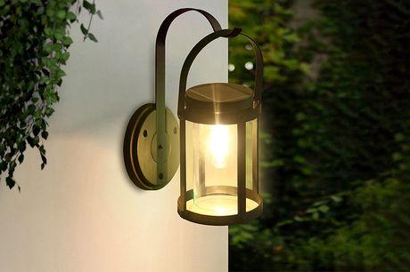 Muurlamp op zonne-energie De ronde muurlamp is ideaal als decoratie voor jouw tuin. De lapm is eenvoudig te installeren en werkt op zonne-energie.