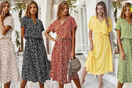 Kortærmet og elegant kjole i løst design med fint taljebånd - vælg mellem 5 farver