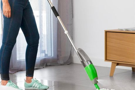 Triple gulvmoppe med spraydåse. Det er en praktisk moppe med tre hoveder og en beholder til den rensende væske. Den er meget effektiv til at rense gulvene, som får dem og andre overflade til at skinne på nem og behagelig vis Den når hen til de sværeste hj