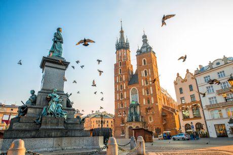Storbyferie i Krakow. Krakow er uden sammenligning Polens smukkeste by. Byen oser af charme og historie, og de mange torve og pladser er fulde af liv og stemning. Oplev dette med et 4* ophold inkl. 2-5 overnatninger med morgenmad og fly fra CPH/BLL i okt.
