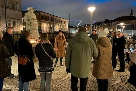 """Kvindehistorisk byvandring i København - Varighed: ca. 90 min. - Billet til byvandringen """"Blåstrømper, rødstrømper og netstrømper"""". - Emner: f.eks: Margrethe d.1 og Thit Jensen."""