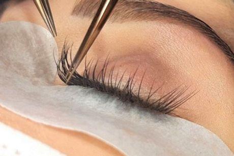 Extensiones de pestañas con opción a depilación de cejas en Lovely Lashes Carranza (hasta 66% de descuento)