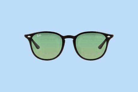 Ray-Ban zonnebril classic Op zoek naar een nieuwe zonnebril? Ga voor deze Ray-ban zonnebril met tijdloos design! De groene zonnebrilglazen hebben een kalmerend effect en remmen felle lichtschitteringen.