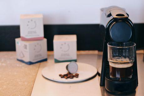 Bæredygtige kaffekapsler på abonnement.  Til Nespressos kaffemaskine Med denne deal kan du nemt stille din kaffetræng samtidig med, at du gør noget godt for miljøet og kaffebønderne Du får: 2 måneders abonnement (60 kapsler) på kaffe fra Ideel Kaffe.