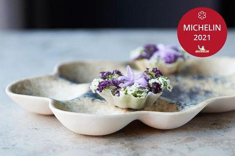 Michelin-middag med 14 eller 18 serveringer hos Kokkeriet. Kokkeriet er en anmelderrost Michelin-restaurant godt gemt i Nyboders charmerende kvarter i en af Københavns ældste bygninger. Her kan du se frem til en enestående aften, hvor du vil blive overras