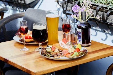 Nyd en frokost på en af Nyhavns ældste og hyggeligste restaurationer, Hyttefadet, hvor I bliver forkælet med en valgfri frokostplatte. På Hyttefadet er der fokus på god stemning, venlig service og naturligvis veltillavet mad.